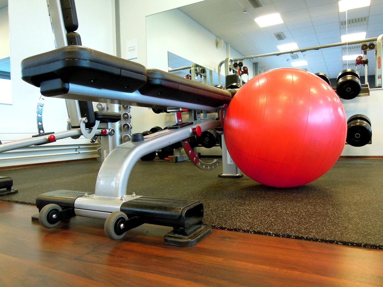 gymnastický míč v posilovně