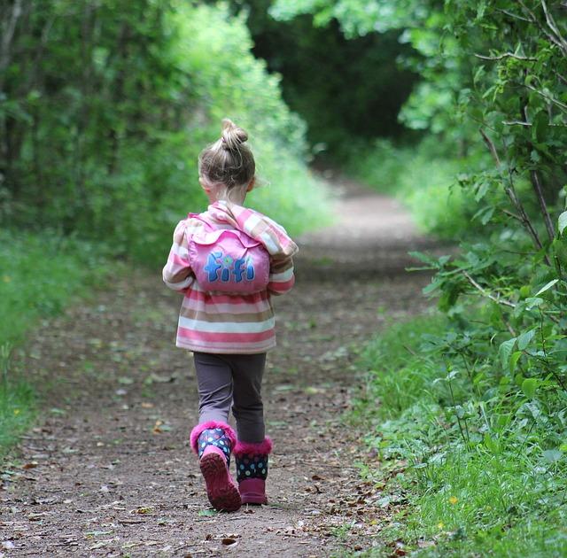 holčička na procházce