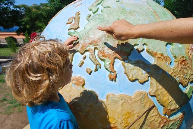 dítě u zeměkoule
