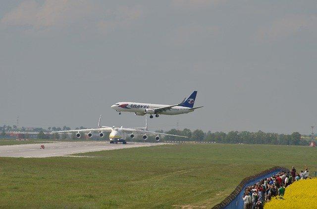 přistávající letadlo v Praze.jpg